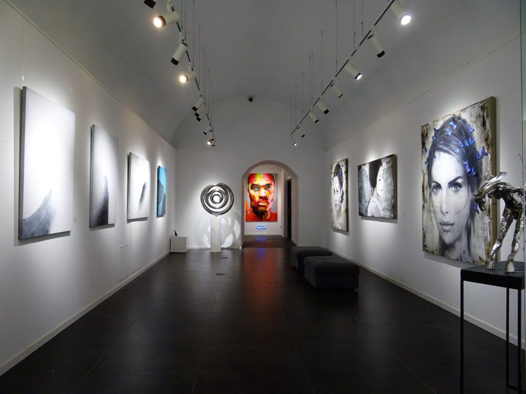 https://www.pexels.com/photo/art-exhibit-1604991/